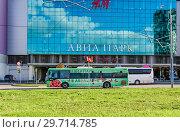 """Купить «Бесплатный автобус около торгово-развлекательного комплекса """"Авиапарк"""" на Ходынском поле», фото № 29714785, снято 18 мая 2017 г. (c) Алёшина Оксана / Фотобанк Лори"""