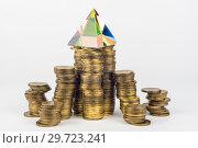 Стеклянная пирамида на высоких стопках монет. Стоковое фото, фотограф Иванов Алексей / Фотобанк Лори
