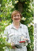 Купить «mature woman gardener», фото № 29723989, снято 23 января 2019 г. (c) Яков Филимонов / Фотобанк Лори