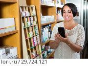 Купить «Glad mature woman customer holding cellphone», фото № 29724121, снято 27 июня 2019 г. (c) Яков Филимонов / Фотобанк Лори