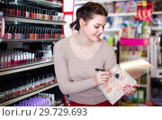 Купить «Young girl is searching for reliable compact powder», фото № 29729693, снято 21 февраля 2017 г. (c) Яков Филимонов / Фотобанк Лори