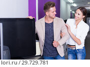 Купить «Young couple purchasing flat screen television set», фото № 29729781, снято 17 февраля 2020 г. (c) Яков Филимонов / Фотобанк Лори