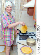 Купить «Mature woman bakes pancakes in the kitchen.», фото № 29733953, снято 12 февраля 2018 г. (c) Акиньшин Владимир / Фотобанк Лори