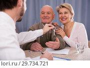 Купить «Old man and woman sign rent agreement», фото № 29734721, снято 22 января 2019 г. (c) Яков Филимонов / Фотобанк Лори
