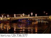 Ночной вид на Большой Москворецкий мост и проплывающий теплоход, Москва, Россия (2018 год). Стоковое фото, фотограф Елена Коромыслова / Фотобанк Лори