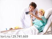 Купить «Young handsome doctor visiting female oncology patient», фото № 29741669, снято 3 октября 2018 г. (c) Elnur / Фотобанк Лори