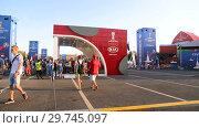 Купить «Fan zone to football fans at the central square in Samara», видеоролик № 29745097, снято 23 февраля 2020 г. (c) FotograFF / Фотобанк Лори