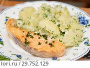Купить «Сёмга на пару и отварной картофель с зеленью», эксклюзивное фото № 29752129, снято 1 мая 2018 г. (c) Dmitry29 / Фотобанк Лори