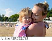 Купить «Mom with her daughter on the beach on a sunny summer day», фото № 29752793, снято 2 июля 2019 г. (c) Светлана Кузнецова / Фотобанк Лори