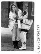 Девушки у телефонной будки. 1992. Редакционное фото, фотограф Борис Кавашкин / Фотобанк Лори