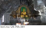 Купить «В буддистском храме Wat Sri Suphan (Серебряный храм). Чианг Май, Таиланд», видеоролик № 29755341, снято 22 декабря 2018 г. (c) Виктор Карасев / Фотобанк Лори