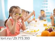 Купить «kids eating healthy food in daycare», фото № 29773393, снято 2 апреля 2020 г. (c) Оксана Кузьмина / Фотобанк Лори