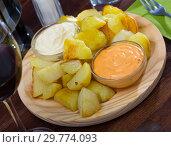 Купить «Patatas bravas with garlic mayonnaise and sauce», фото № 29774093, снято 17 июля 2019 г. (c) Яков Филимонов / Фотобанк Лори