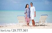 Happy couple relaxing on a tropical beach on sunbed. Стоковое видео, видеограф Дмитрий Травников / Фотобанк Лори