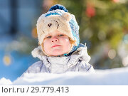 Купить «The kid plays in the winter snow», фото № 29779413, снято 19 января 2019 г. (c) Дмитрий Брусков / Фотобанк Лори