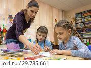 Купить «Учитель помогает ученицам на уроке рисования», фото № 29785661, снято 9 января 2019 г. (c) Иванов Алексей / Фотобанк Лори
