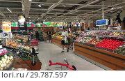 Купить «Овощной отдел в крупном сетевом шведском гипермаркете ICA Maxi. Швеция», видеоролик № 29787597, снято 19 января 2019 г. (c) Кекяляйнен Андрей / Фотобанк Лори