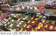 Купить «Овощи и фрукты на прилавке в овощном отделе в крупном сетевом шведском гипермаркете ICA Maxi. Швеция», видеоролик № 29787613, снято 19 января 2019 г. (c) Кекяляйнен Андрей / Фотобанк Лори