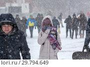 Купить «Люди идут по улице во время аномально сильного снегопада в центре города Москвы, Россия , 26 января 2019», фото № 29794649, снято 15 сентября 2019 г. (c) Николай Винокуров / Фотобанк Лори