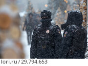 Купить «Полицейский патруль следит за правопорядком во время снегопада на Манежной площади в центре города Москвы, Россия», фото № 29794653, снято 25 июня 2019 г. (c) Николай Винокуров / Фотобанк Лори