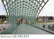 Мост Мира — пешеходный мост через реку Мтквари (Кура) в Тбилиси, столице Грузии (2013 год). Редакционное фото, фотограф Олег Хархан / Фотобанк Лори