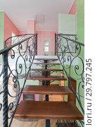 Купить «Интерьер с металлической черной лестницей с деревянными ступеньками. Гостиная в коттедже с зелеными и розовыми стенами», фото № 29797245, снято 6 декабря 2017 г. (c) Elizaveta Kharicheva / Фотобанк Лори