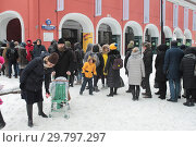 Купить «Москва, очередь в Третьяковку на Куинджи», эксклюзивное фото № 29797297, снято 27 января 2019 г. (c) Дмитрий Неумоин / Фотобанк Лори