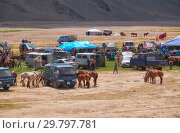 Mongolian nomad camp. Guests came to the national holiday and national wrestling competitions. (2017 год). Редакционное фото, фотограф Serg Zastavkin / Фотобанк Лори