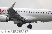 Купить «HOP Airfrance Embraer 190 approach before landing», видеоролик № 29799197, снято 20 июля 2017 г. (c) Игорь Жоров / Фотобанк Лори