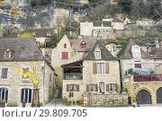 Купить «La Roque Gageac is one of the most beautiful villages in France. Nestled on the edge of the Dordogne river in Aquitaine France on December 7, 2018.», фото № 29809705, снято 7 декабря 2018 г. (c) age Fotostock / Фотобанк Лори