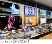Купить «Moscow, Russia - January 27.2019. Modern TVs in the Samsung brand store», фото № 29812961, снято 27 января 2019 г. (c) Володина Ольга / Фотобанк Лори