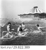 Купить «Москва, дети купаются в фонтане перед Большим московским цирком на Ленинских горах», фото № 29822389, снято 21 ноября 2019 г. (c) Борис Кавашкин / Фотобанк Лори