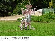 Купить «Арт-объект «Трон» на выставочном участке в Ботаническом саду МГУ (Аптекарский огород). Мещанский район. Москва», эксклюзивное фото № 29831081, снято 6 августа 2015 г. (c) lana1501 / Фотобанк Лори
