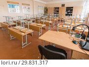 Пустой класс в школе, на переднем плане место учителя (2019 год). Редакционное фото, фотограф Иванов Алексей / Фотобанк Лори
