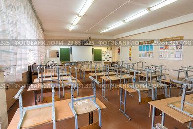 Пустой класс после уроков в школе, освещение включено