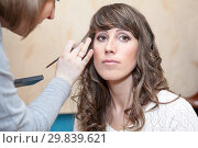 Young bride preparation with make up applying and working with curling iron, facial portrait of woman. Стоковое фото, фотограф Кекяляйнен Андрей / Фотобанк Лори