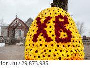 """Купить «Буквы ХВ надписи """"Христос Воскресе"""" на декорации около церкви», фото № 29873985, снято 22 апреля 2012 г. (c) Кекяляйнен Андрей / Фотобанк Лори"""