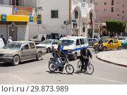 Купить «Движение на городских улицах провинциального города в Тунисе, Африка», фото № 29873989, снято 3 мая 2012 г. (c) Кекяляйнен Андрей / Фотобанк Лори