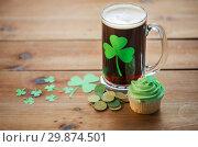 Купить «shamrock on glass of beer, green cupcake and coins», фото № 29874501, снято 31 января 2018 г. (c) Syda Productions / Фотобанк Лори