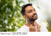 Купить «indian man shaving beard with razor blade», фото № 29875061, снято 27 октября 2018 г. (c) Syda Productions / Фотобанк Лори