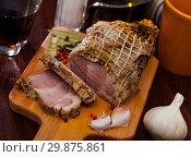 Купить «Boiled pork on chopping board with mixed peppercorns, bay leaf, cinnamon», фото № 29875861, снято 19 апреля 2019 г. (c) Яков Филимонов / Фотобанк Лори