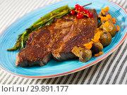 Купить «Fried beef loin with grilled asparagus and mushrooms», фото № 29891177, снято 29 июня 2018 г. (c) Яков Филимонов / Фотобанк Лори