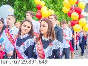 Russia, Samara, May 2018: Graduates of schools at a festive procession. Редакционное фото, фотограф Акиньшин Владимир / Фотобанк Лори
