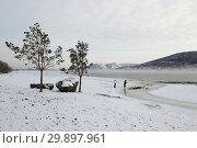 Люди подкармливают уток на берегу Енисея в Красноярске (2019 год). Стоковое фото, фотограф Шичкина Антонина / Фотобанк Лори