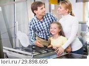 Parents with daughter in home appliance store. Стоковое фото, фотограф Яков Филимонов / Фотобанк Лори