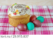 Купить «Пасхальный кулич и разноцветные яйца», фото № 29915837, снято 8 апреля 2018 г. (c) Елена Коромыслова / Фотобанк Лори