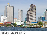 Заброшенный небоскреб Sathorn Unique Tower в городском пейзаже современного Бангкока. Таиланд (2019 год). Редакционное фото, фотограф Виктор Карасев / Фотобанк Лори