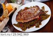 Купить «Veal entrecote with green beans and sweet pepper», фото № 29942969, снято 18 марта 2019 г. (c) Яков Филимонов / Фотобанк Лори