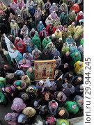 Купить «Крестный ход в храме Спаса Нерукотворного Образа в селе Усово, люди несут икону Святой Елизаветы», эксклюзивное фото № 29944245, снято 16 сентября 2018 г. (c) Дмитрий Неумоин / Фотобанк Лори
