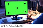 Купить «businesswoman with green screen on computer», видеоролик № 29951305, снято 21 февраля 2019 г. (c) Syda Productions / Фотобанк Лори